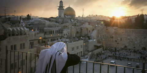 pray-western-wall-temple-mount-kotel